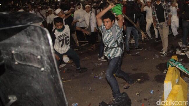 Polri Pamerkan Foto Provokator Serang Petugas dengan Bambu Runcing