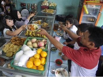 Hal-Hal Unik yang Mungkin Cuma Ada di Rumah Makan di Indonesia!