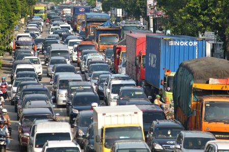 Jalan Padang-Solok Macet Akibat Tumpahan Minyak Sawit