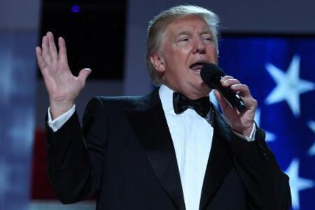 Ironi Pidato Trump dan Topi Buatan China