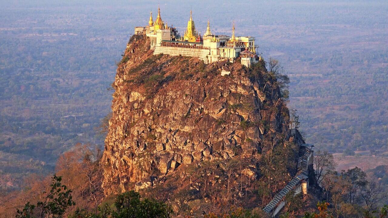 Kuil Ini Berdiri di Tempat yang Tidak Biasa