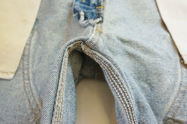 Jangan Cuci Celana Jeans-mu! Ini Cara Membersihkan yang Benar