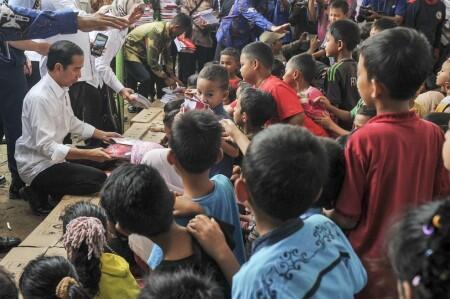 Belanja Buku, Presiden Jokowi Siapkan Oleh-Oleh untuk Anak-Anak