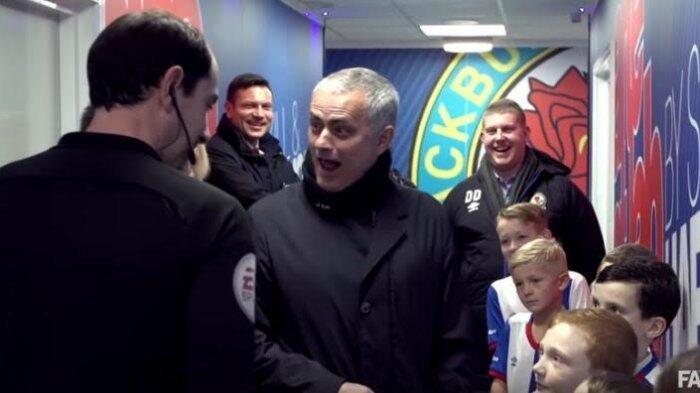 Blackburn Rovers vs Manchester United: Mourinho Ketawa Lihat Aksi Maskot