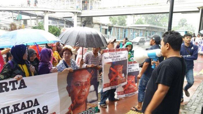 Puluhan Orang Gelar Aksi Untuk Mengecam Pimpinan KPUD DKI Jakarta