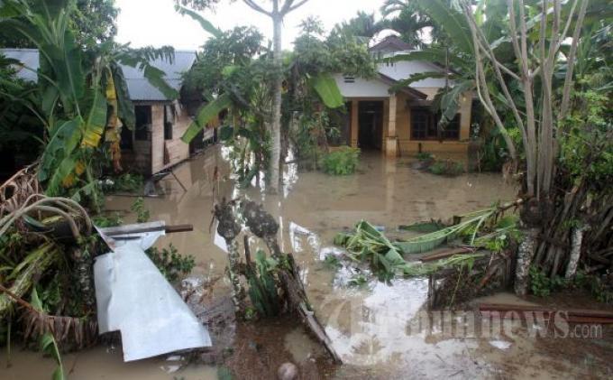 Sungai Meluap Hanyutkan Rumah Warga di Tomohon