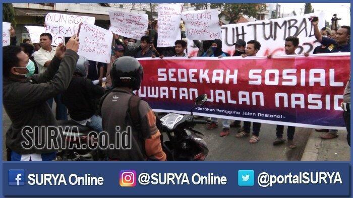 Warga Galang Sedekah Sosial untuk Perbaikan Jalan Nasional yang Rusak