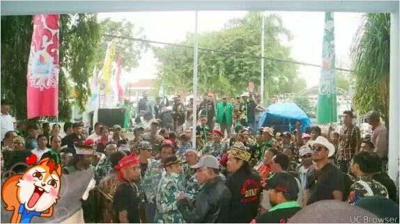 #BREAKING NEWS - Lagi, Massa Serbu Kantor DPRD Balikpapan Tolak FPI dan GNPF