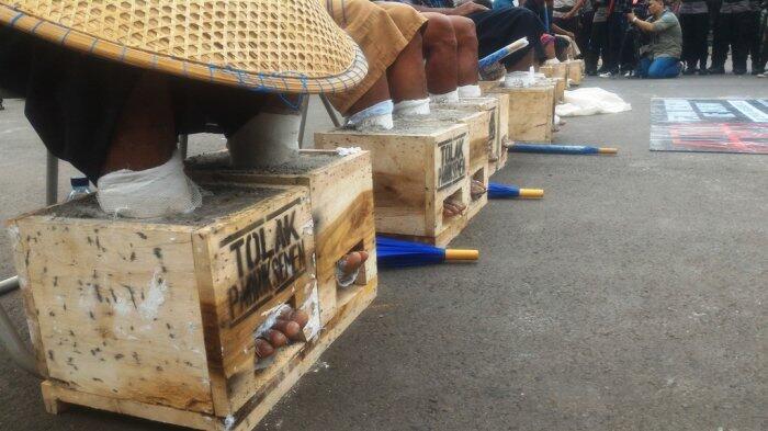 Petani Kendeng Kembali Gelar Aksi Cor Kaki Di Seberang Istana