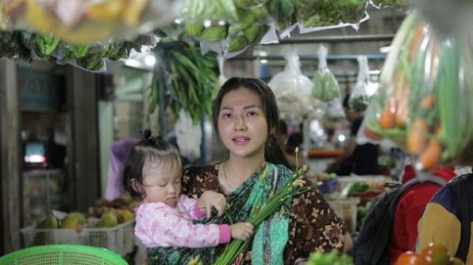Sarwendah Pakai Daster dan Gendong Si Kecil Belanja ke Pasar Tradisional