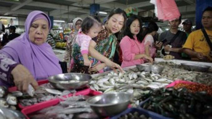 Luwesnya Istri Ruben Onsu Beli Ikan di Pasar Tradisional