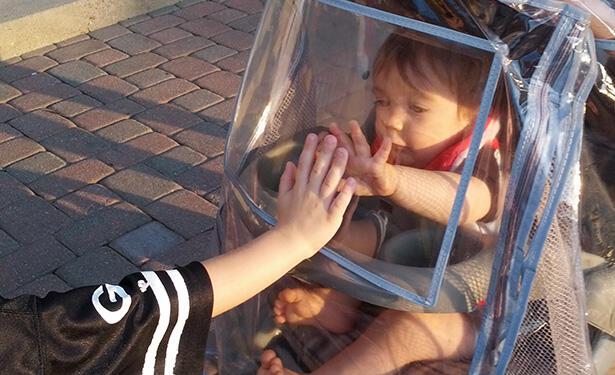 "Terlahir Tanpa Sistem Kekebalan Tubuh, Merekalah ""Bubble Boy"" di Dunia Nyata"