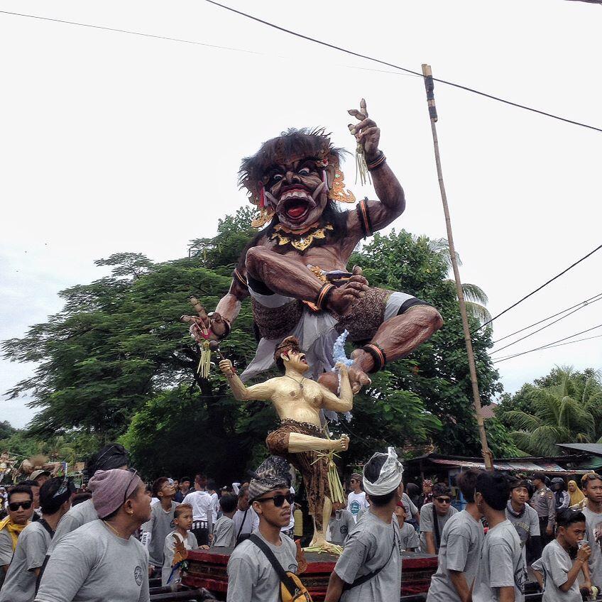 Meriahnya Parade Ogoh-Ogoh di Pulau Seribu Masjid