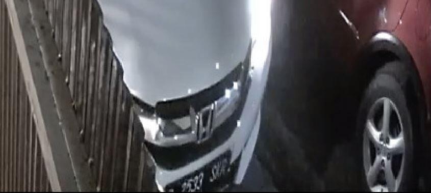 B 2533 SKR kabur setelah menyerempet mobil