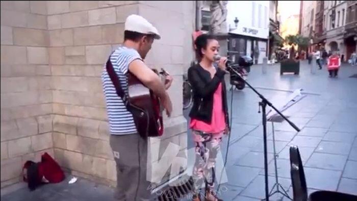 Kerennya Gadis Indonesia ini Menyanyi dengan Diiringi Pengamen Bule