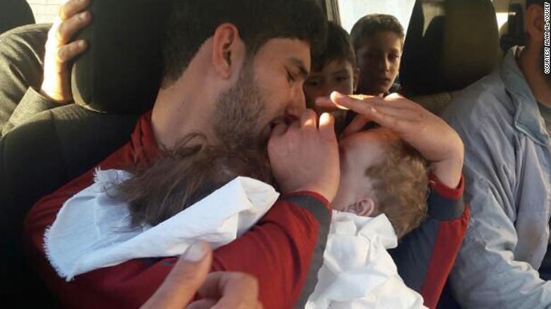 Foto Mengharukan Pria Suriah Peluk Bayi Kembarnya yang Tewas