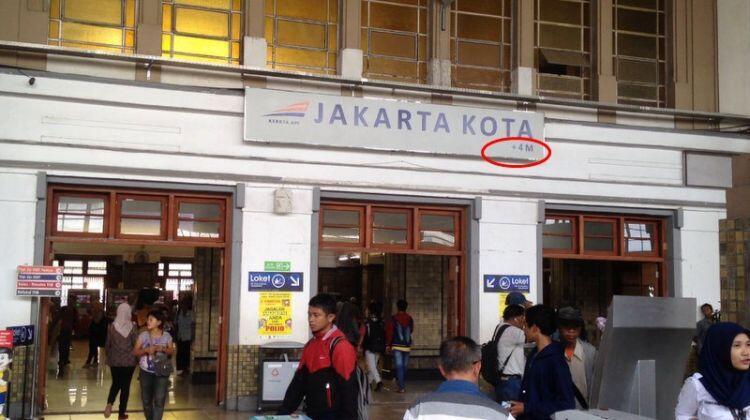 Ternyata ini arti angka di pojok papan nama stasiun, suka salah kan?