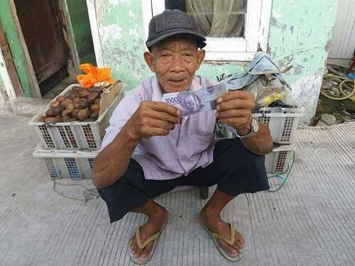 [TEGA] Orang Beli Salak ke Penjual Tua Pake Uang Mainan