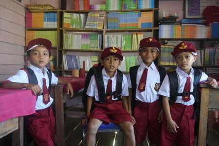 Perlengkapan Sekolah dari Jokowi Sampai ke Anak-Anak Bengkayang