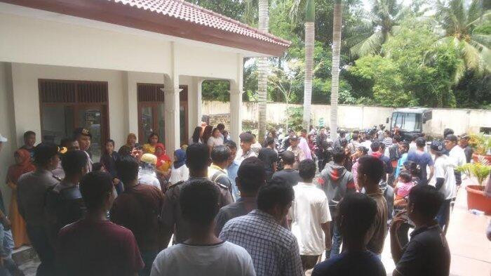 Kecele Pembunuh Sadis Dibawa Pergi, Massa Ngamuk, Mobil Tahanan Jadi Sasaran