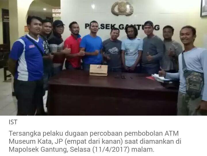 Anggota Polsek Gantung Selfie Bersama Tersangka Pembobol ATM