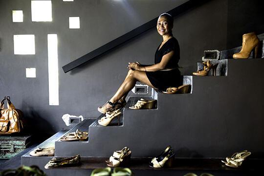 TOP Banget Gan, Niluh Djelantik Si Tukang Sepatu Yang TOP Mendunia