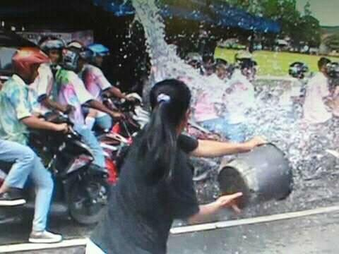 Asyik Konvoi, Para Pelajar ini Kocar - Kacir Disiram Air Emak-emak
