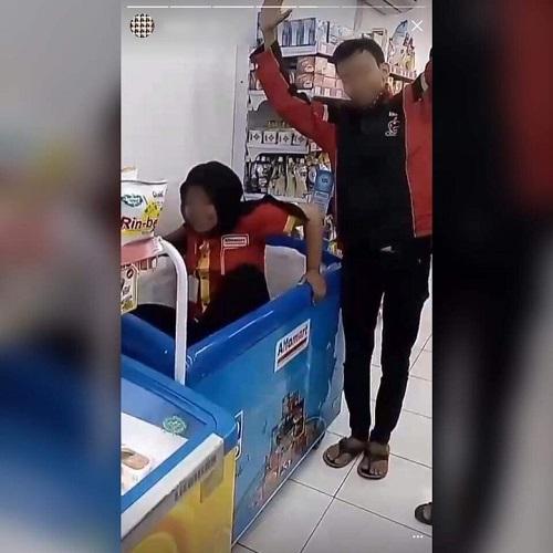 Viral, Karyawan Alfamart Duduki Freezer Nugget
