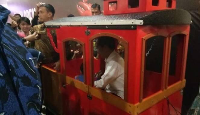 Jokowi Ajak Cucu Bermalam Minggu Naik Odong-odong di Mal