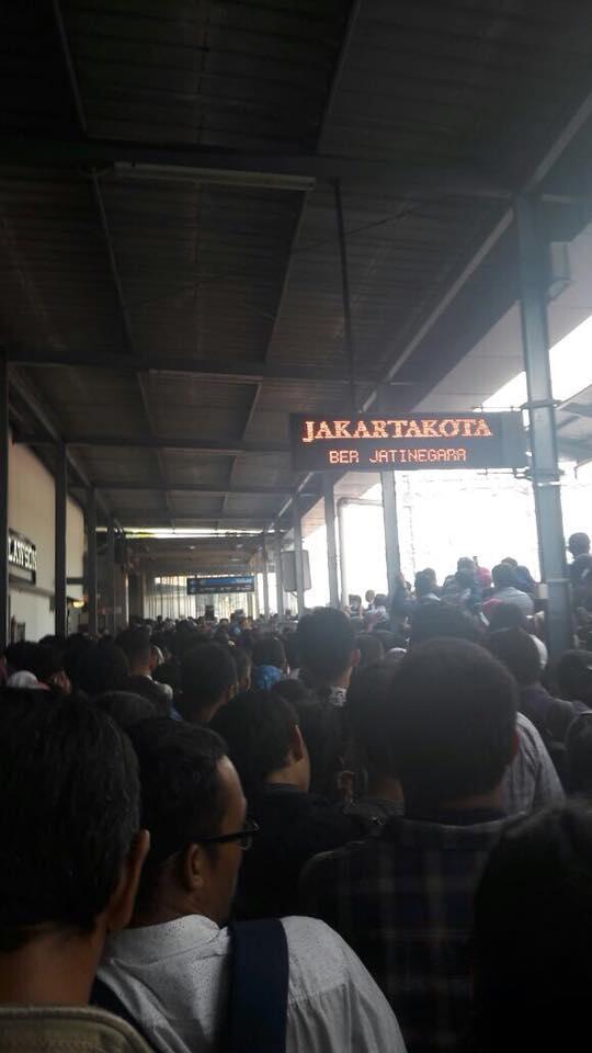 Suasana Kacaunya Penumpang Dampak dari KRL Jurusan Bogor-Muara Angke Anjlok