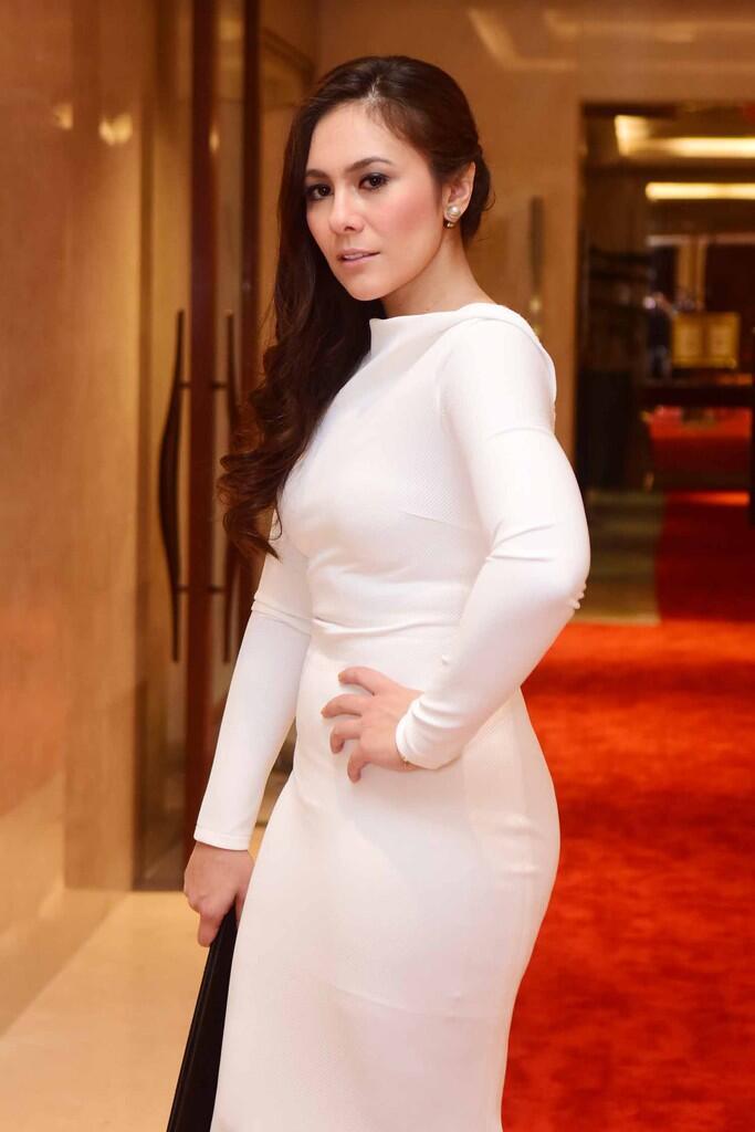 Body Aduhai Wulan Guritno Pakai Dress Putih Ketat