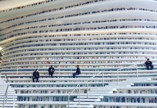 Keren dan Megah, Pasti Perpustakaan ini Bikin Kamu Betah Berlama-Lama