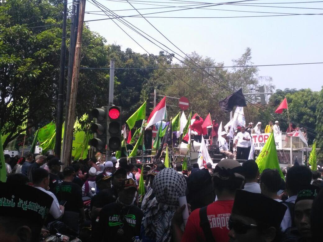 Ribuan Buruh Kepung Kantor Walikota/Bupati dan Istana Negara Menuntut Presiden Cabut