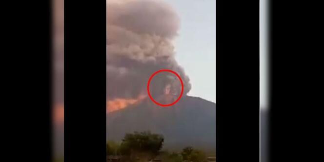 Geger Penampakan `Manusia Raksasa` Saat Gunung Agung Meletus