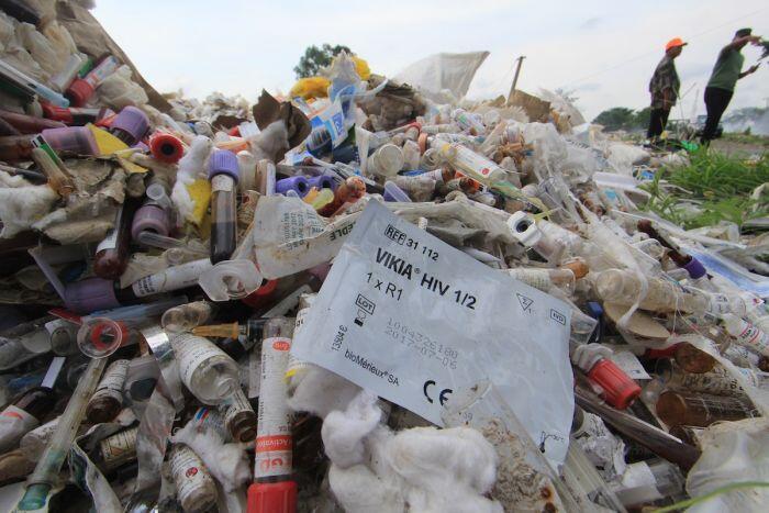 Mencari oknum di balik tumpukan limbah medis di Cirebon