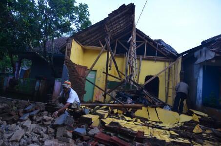 Dua Orang Tewas Akibat Gempa 6,9 SR di Jawa