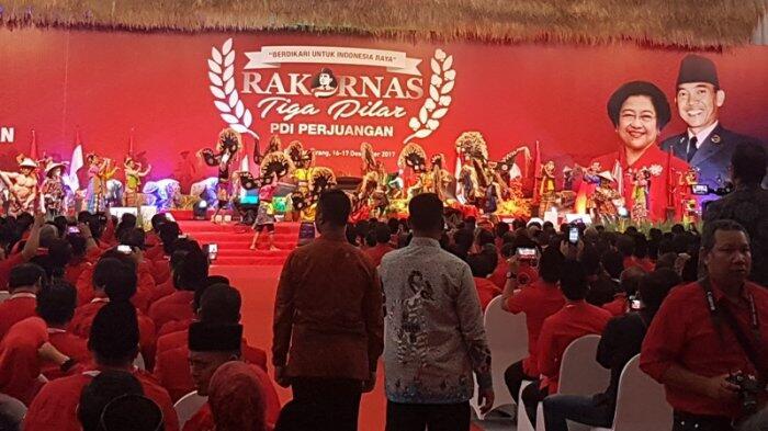 Megawati Gandeng Tangan BJ Habibie Masuk Arena Rakornas PDI Perjuangan