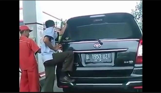 Berbahaya Bila Menggoyang Kendaraan Saat Isi BBM