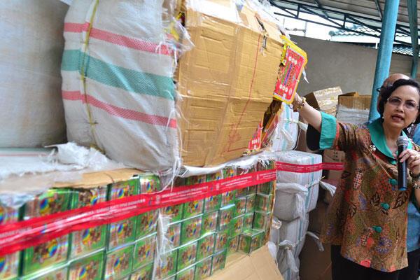 Polres Cirebon Kota Sita Ratusan Dus Makanan Minuman Kedaluwarsa
