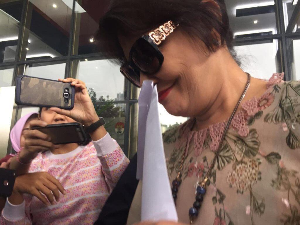 Mantan Istri Novanto Bawa Map saat Keluar dari Gedung KPK