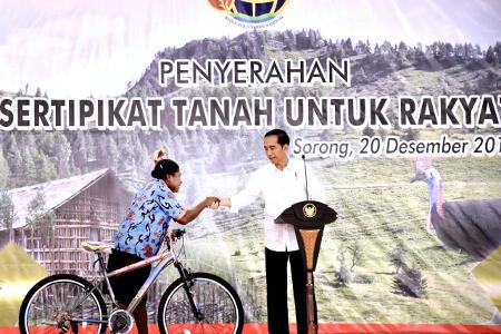 Presiden Serahkan 2.568 Sertifikat Tanah Di Sorong