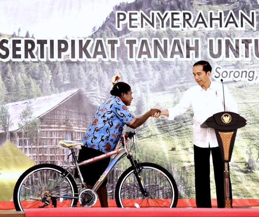 Presiden Serahkan 2.568 Sertifikat Tanah untuk Masyarakat Sorong