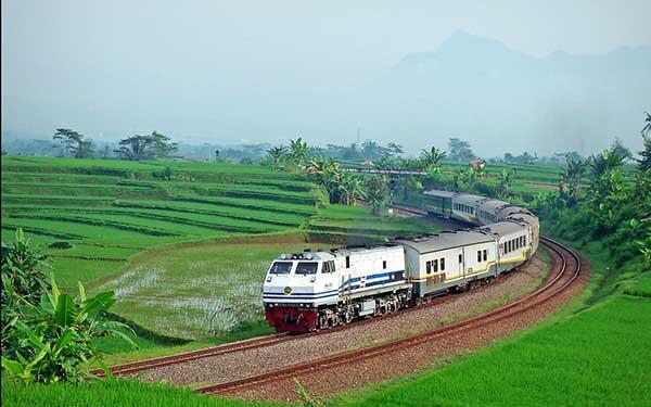 Keseruan Naek Kereta Ekonomi Kursi Baris Lima