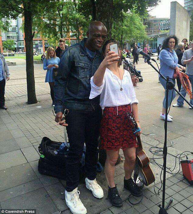 Moment Musisi Terkenal Bernyanyi Bersama Musisi Jalanan di Pinggir Jalan