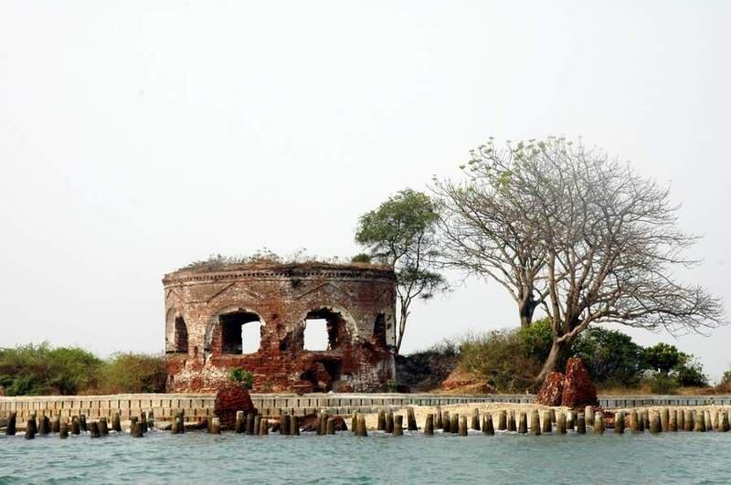 """5 Pulau """"Nyeleneh"""" di Indonesia"""
