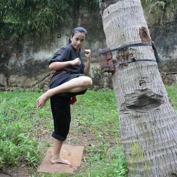 Foto: Sosok Chintya, Pendekar Silat Cantik yang Viral karena Push-up Satu Jari