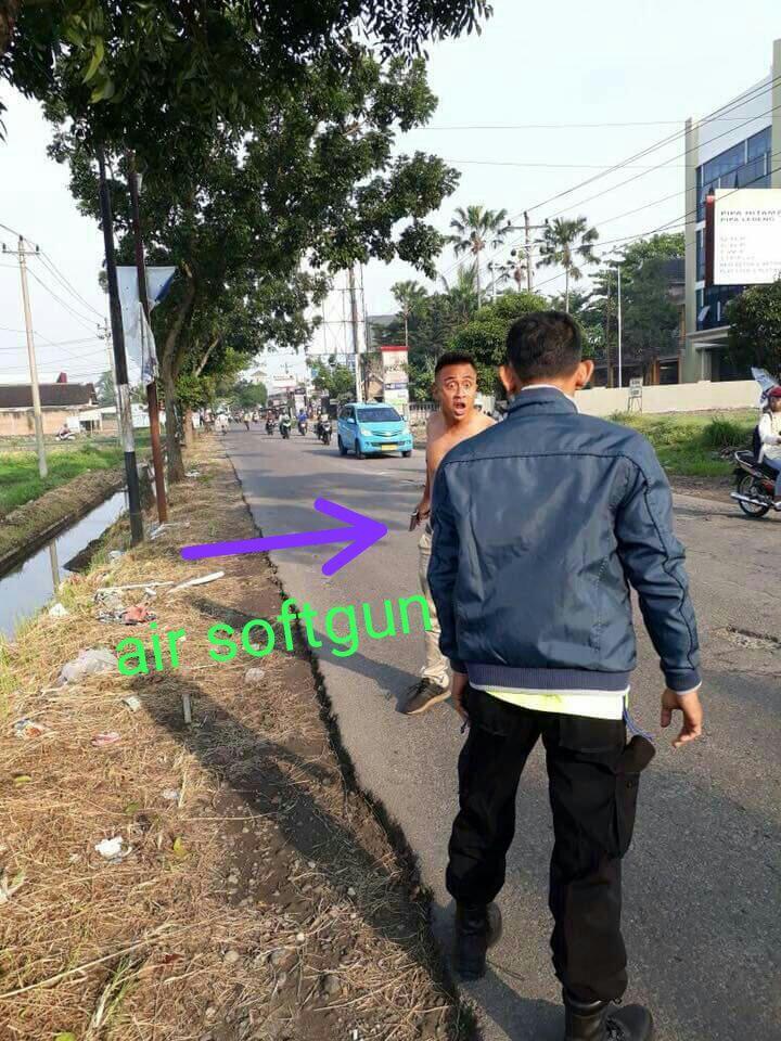 Detik2 penangkapan orang gila bawa senjata airgun