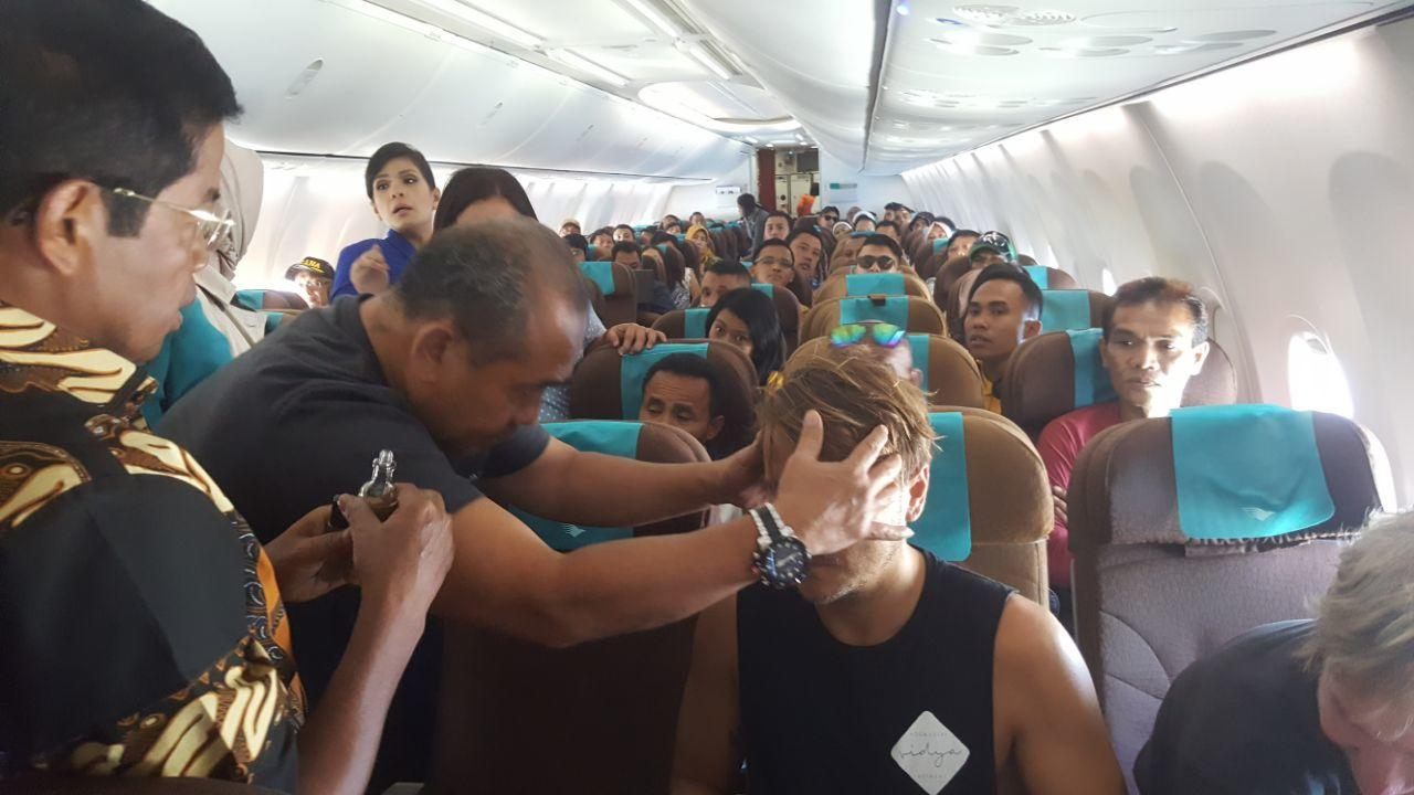Menteri bantu bule sesak napas di pesawat!