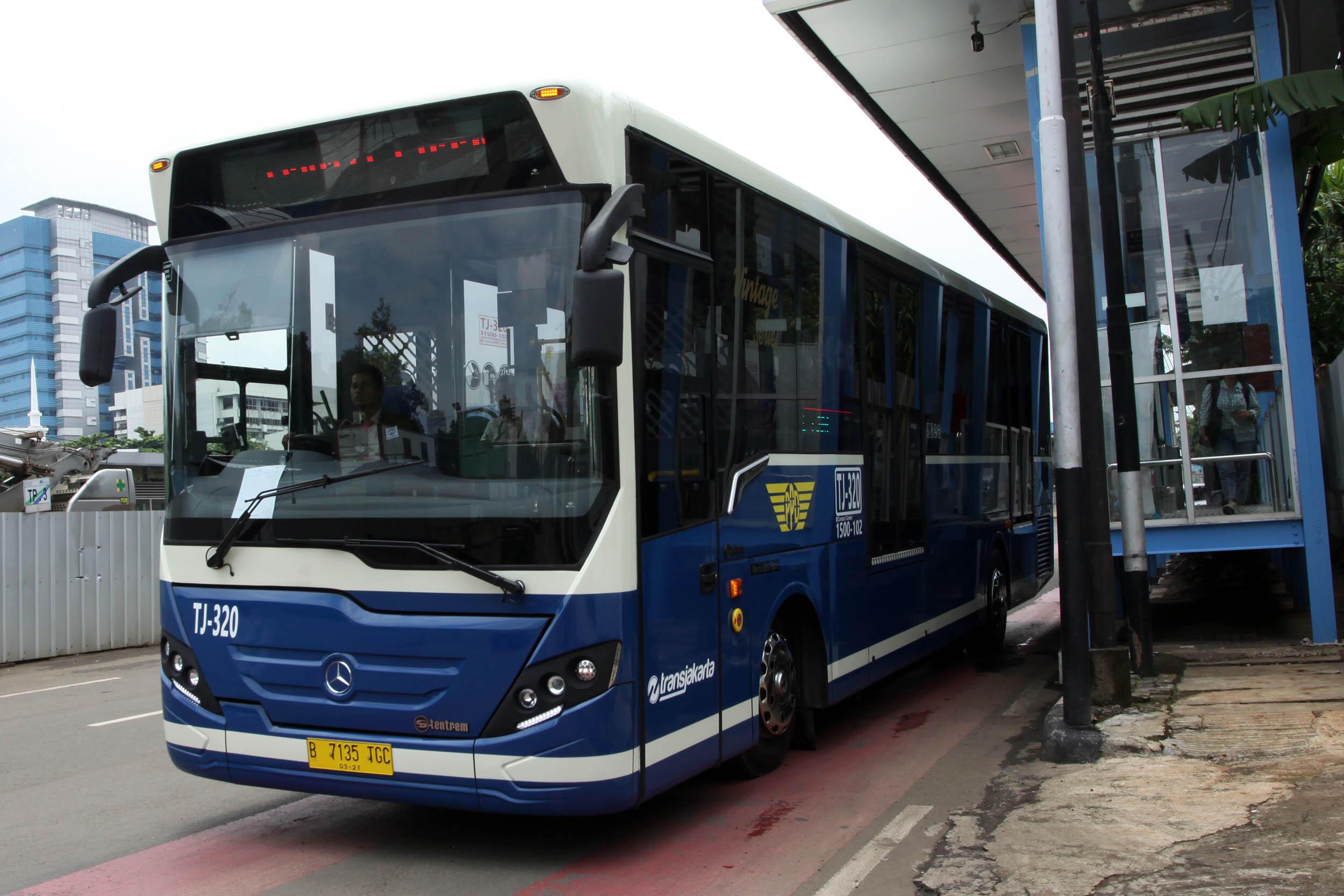 Bus TransJakarta Terguling, 10 Penumpang Terluka