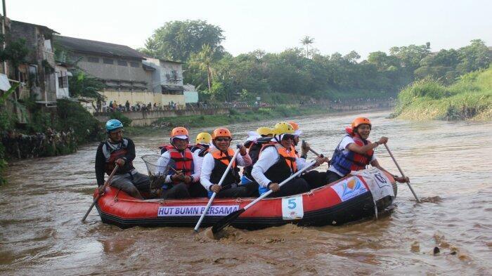 Bantuan Lima Perahu Karet untuk Dukung Aksi Bersih-bersih Kali Ciliwung